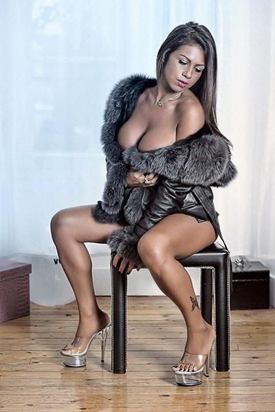 Maeva, Stripteaseuse à domicile à Paris Métisse orientale thème infirmière sexy pas cher.