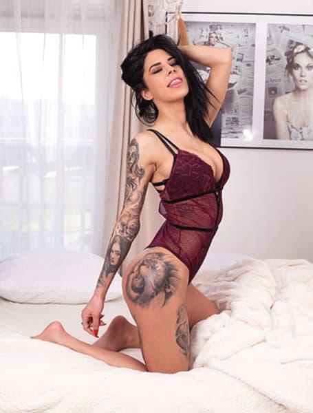 2 - Espéranza, notre élégante Stripteaseuse à Paris brune latine ethème policière US pas cher.