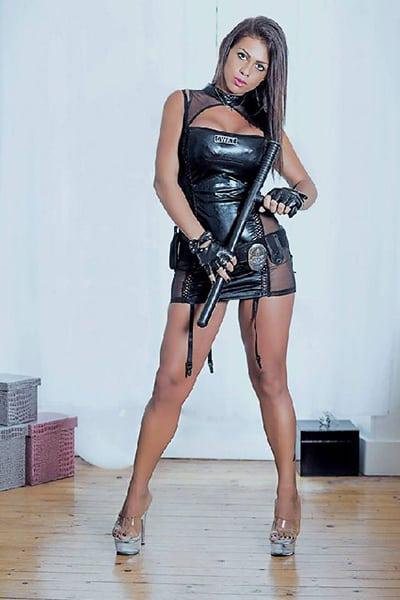 Maeva, jolie Stripteaseuse à domicile dans Paris Métisse orientale thème policière US pas cher.