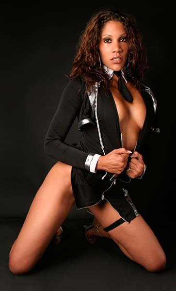 2 - Noemie, notre chaleureuse Stripteaseuse métisse à domicile 75 thème policière US pas cher.