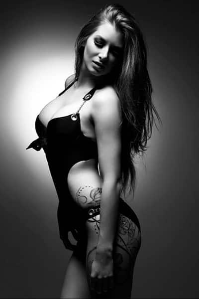 Lexxana, Stripteaseuse à domicile dans Paris Blonde plantureuse thème dominatrice pas cher.