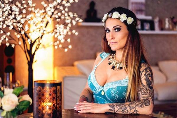 Zara, Stripteaseuse à domicile 75 Latina thème dominatrice pas cher.