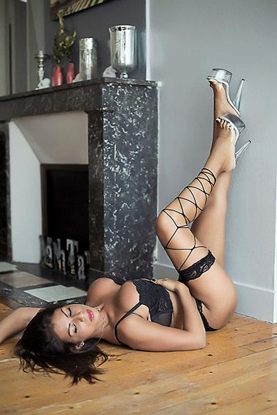 Maeva, Stripteaseuse Paris thème hôtesse de l'air pas cher.