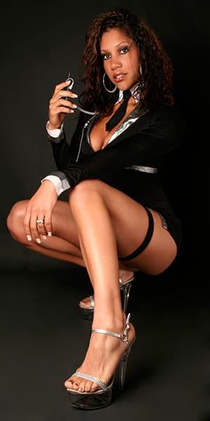 5 - Noemie, notre chaleureuse Stripteaseuse métisse thème hôtesse de l'air pas cher.