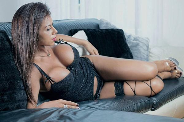Maeva, Stripteaseuse à domicile 75 Métisse orientale thème soubrette pas cher.