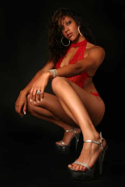 6 - Noemie, notre chaleureuse Stripteaseuse métisse à domicile dans Paris thème soubrette pas cher.