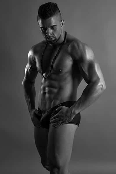 Stripteaseur brun domicile Besançon (Mike) pas cher.