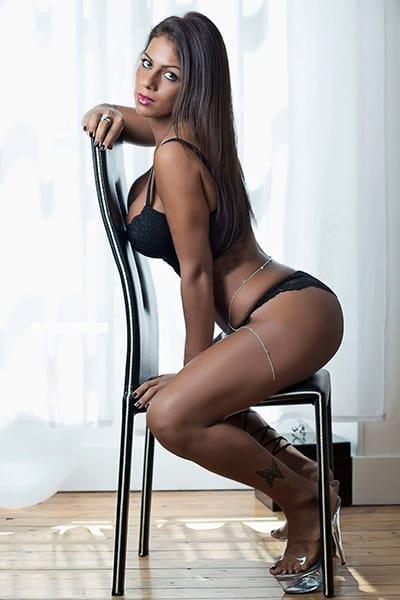 Maeva, jolie Stripteaseuse sur Paris Métisse thème militaire hot pas cher.