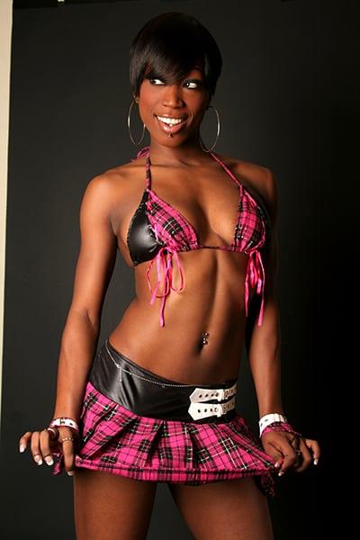 Leeyah, notre jolie Stripteaseuse black en limousine à Paris thème écolière pas cher.