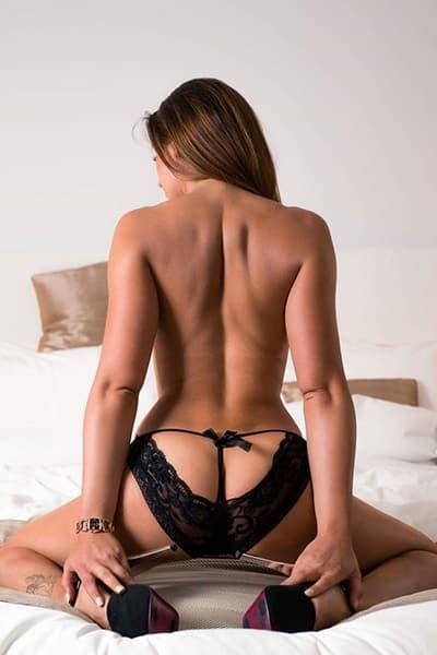 Stripteaseuse Châtaine en limousine à Paris thème infirmière sexy (Tania) pas cher.