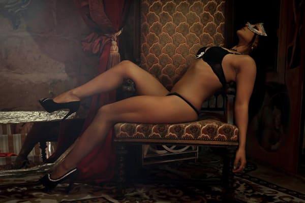 Stripteaseuse brune en limousine sur Paris thème soubrette (Elina) pas cher.
