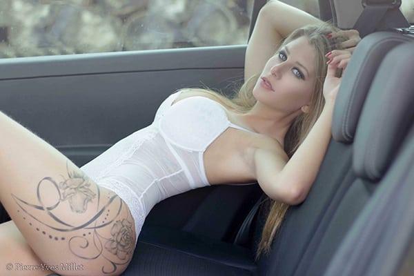 Stripteaseuse en limousine à Paris Blonde plantureuse thème infirmière sexy (Lexxana) pas cher.