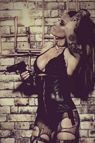 Stripteaseuse et limousine à Paris Latine militaire hot (Zara) pas cher.
