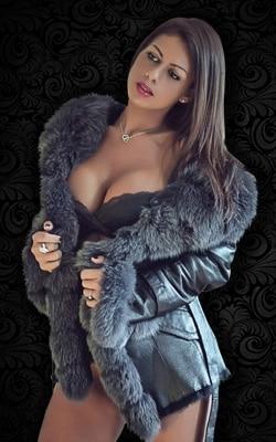 Maeva, notre belle Stripteaseuse Métisse orientale en limousine à Paris (75) topless ou intégral pas cher.