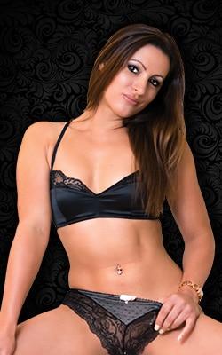 Tania, notre délicieuse Stripteaseuse Châtaine et souriante en limousine dans Paris (75) topless ou Intégral pas cher.